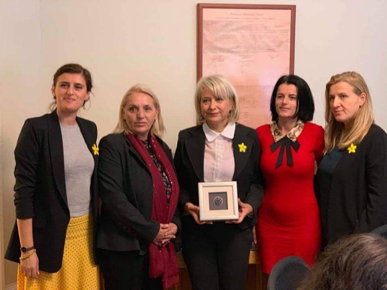 NYT për Kosovën: Në vendin e ish-rebelëve, gratë gjejnë fuqinë tek kutitë e votimit
