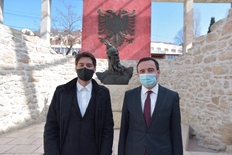 Kandidati kundër tabuve, studenti që rikthehet nga Franca për të sfiduar partitë e mëdha