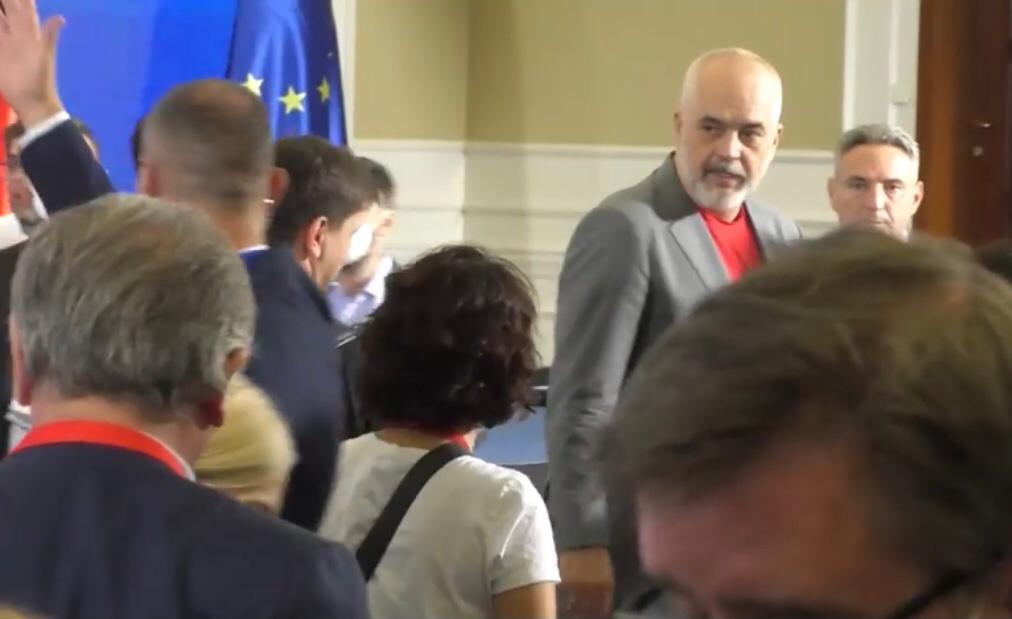 VIDEO/Rama ofendon gazetarin për Mini-Jugosllavinë. Gazetari: A jam unë injorant apo ju arrogant?