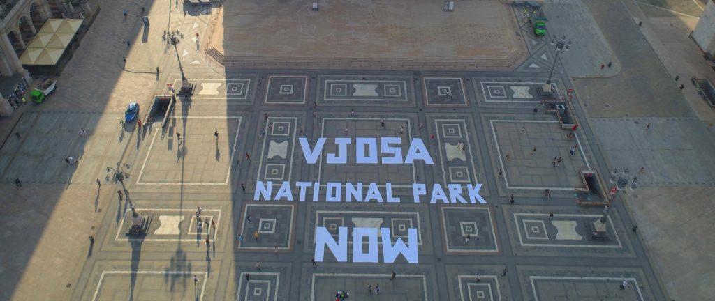 """FOTO/ Slogani """"Vjosa, park kombëtar"""" pushton sheshin Duomo në Milano"""