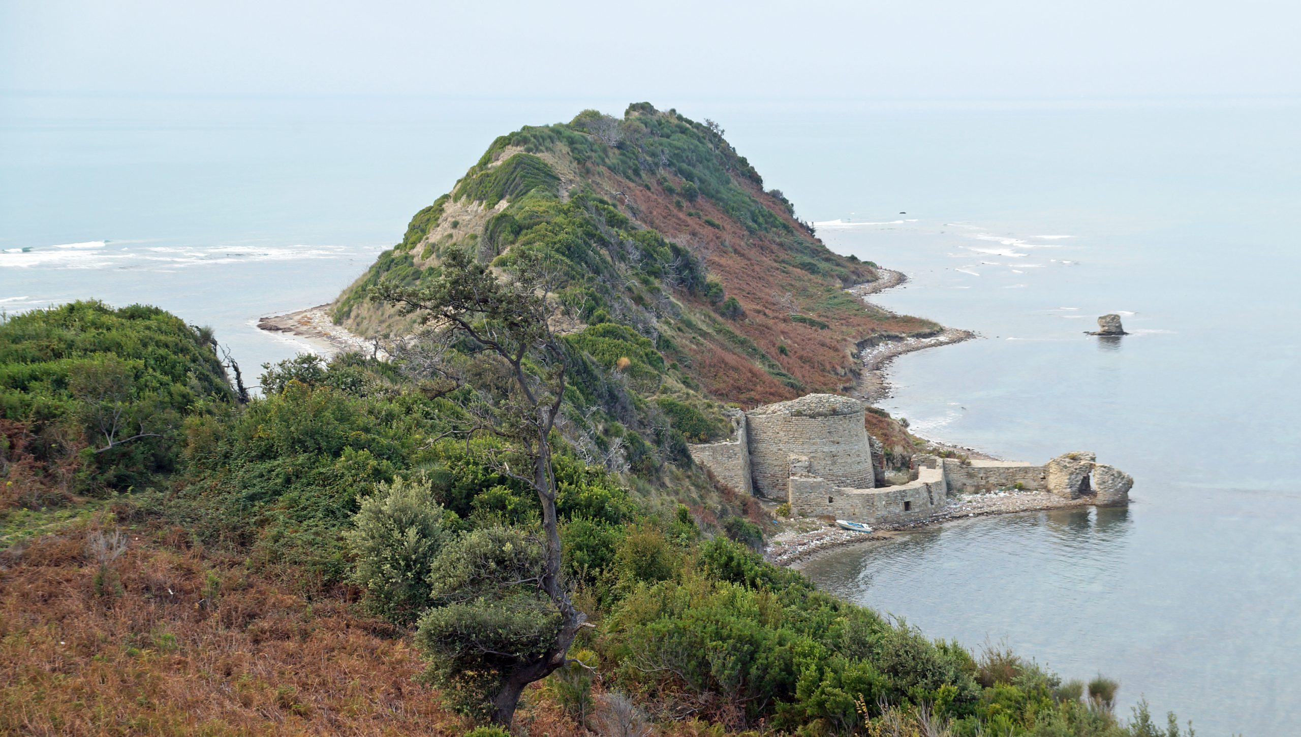 U ndërtua nga Skënderbeu mbi 500 vjet më parë, sot për të parë kalanë tek Kepi i Rodonit duhet të paguash privatin