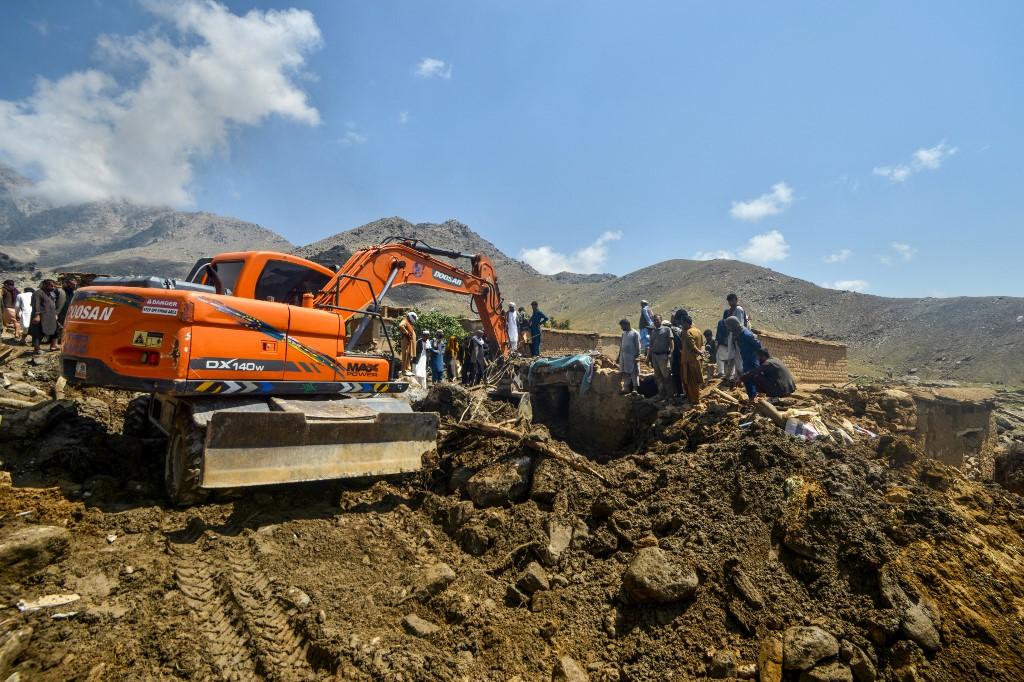 Fshatarët afganë kërkojnë të mbijetuarit pasi përmbytjet vranë të paktën 40 persona