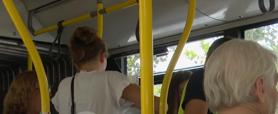 Propaganda e Veliajt dhe realiteti i autobusëve: Të resë i bie të fikët nga vapa, qytetarët i hedhin ujë
