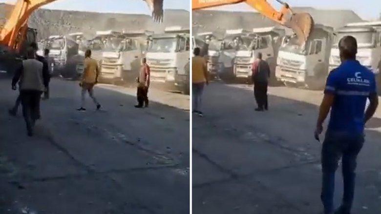 Nuk e mori rrogën, punonjësi turk i një miniere thëngjilli shkatërron me ekskavator pesë kamionë të punëdhënësit