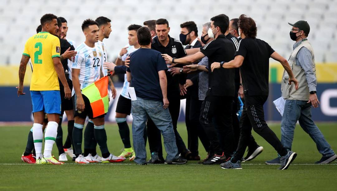 Ndeshja Brazil-Argjentinë/Policia futet në fushë, kërkon të deportojë katër lojtarë argjentinas