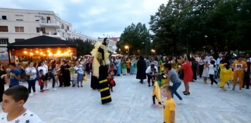 Fëmijët rizgjojnë traditën në Berat, në qytet festohen karnavalet, spektakël në pedonale