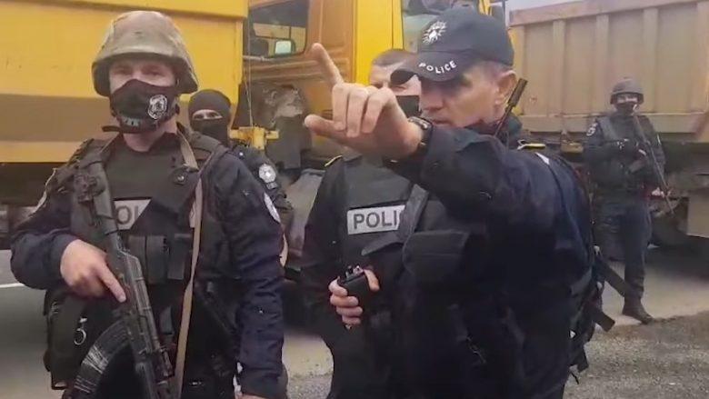 Tensionet në kufirin me Serbinë, polici i Kosovës iu flet shqip protestuesve serb (VIDEO)