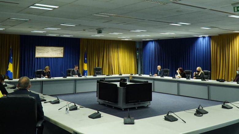 Kurti priti delegacionin e rrjetit të Agjencive të Lajmeve të Evropës Juglindore, flet për gjendjen e medias në Kosovë