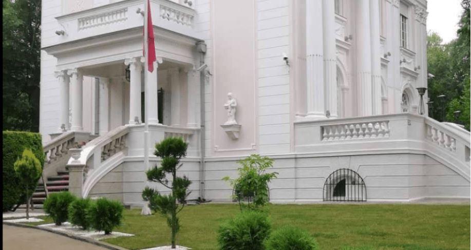 Sulmohet ambasada shqiptare në Beograd