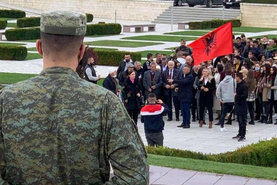 Bekim Jashari me familje para votimit bëjnë homazhe te varrezat në Prekaz