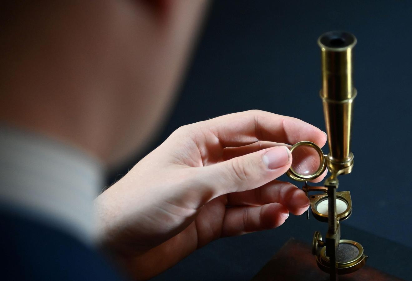 Në ankand mikroskopi i Darwin, pritet të shitet për 480 mijë $