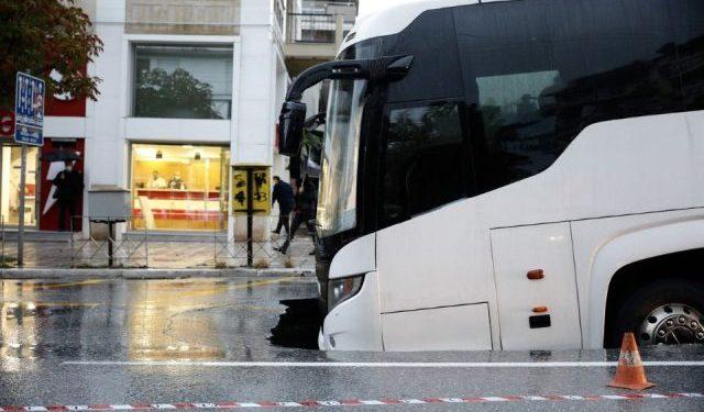 """E FRIKSHME! Hapet gropa në mes të rrugës në Selanik, stuhia """"gëlltit"""" autobusin"""