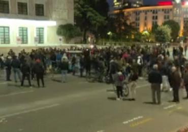 Qytetari në protestën para Kryeministrisë: Pse nuk u gjobitën oligarkët e miellit?