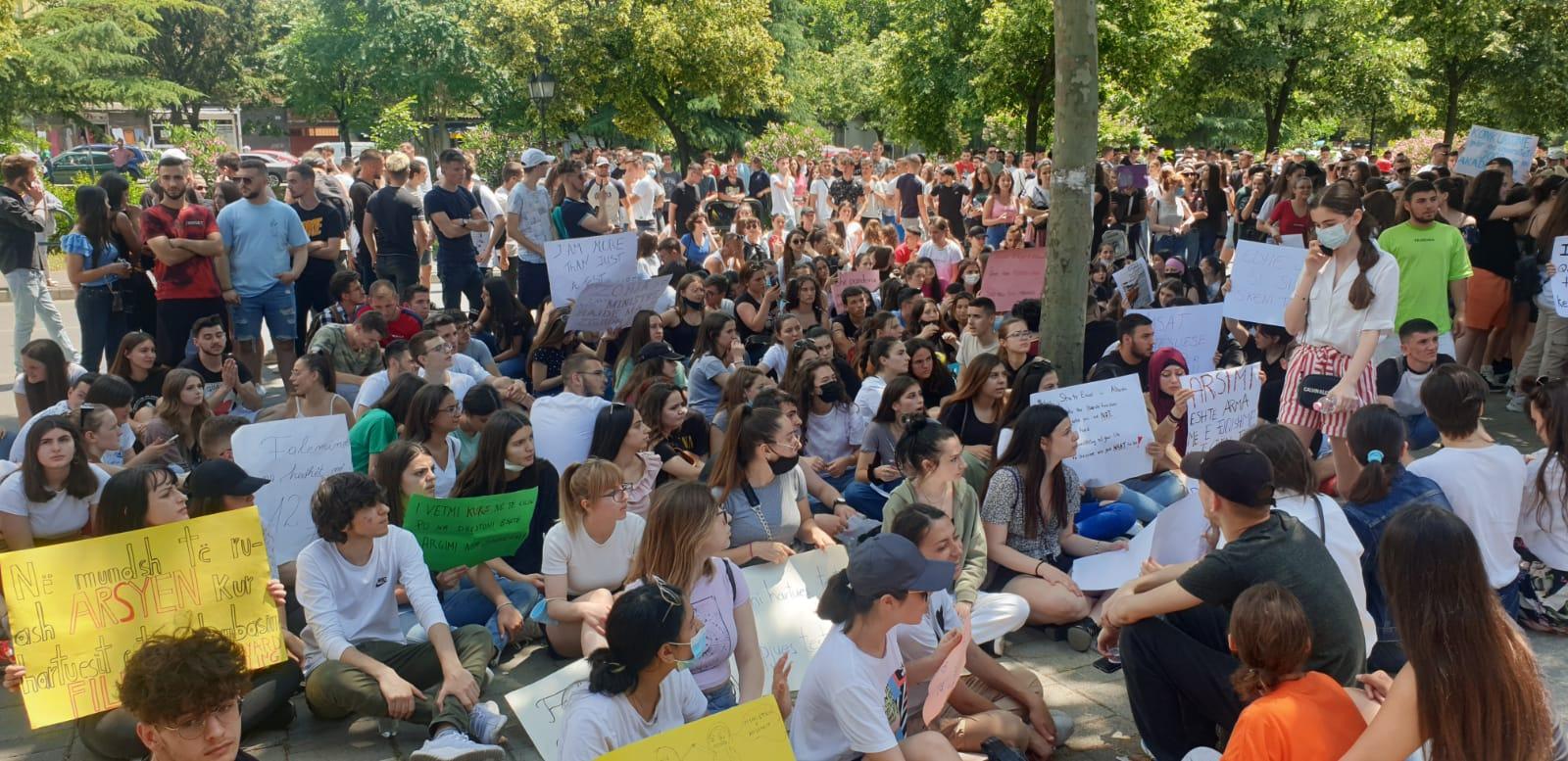 Nuk pranohen në auditore pa vaksinë! Studentët ngrihen në protestë