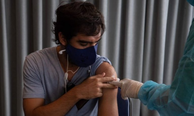 'Brenda një viti' duhen vaksina të reja Covid në të gjithë globin, thonë shkencëtarët