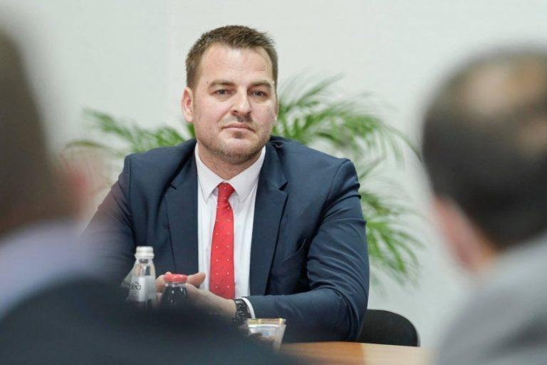 Armend Muja publikon rezultatin përfundimtar të zgjedhjeve, Kurti dhe Osmani  thyejnë rekordin e Rugovës