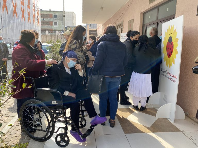 'Tallje me moshën e tretë'; kaos dhe radhë të gjata për t'u vaksinuar në Lezhë