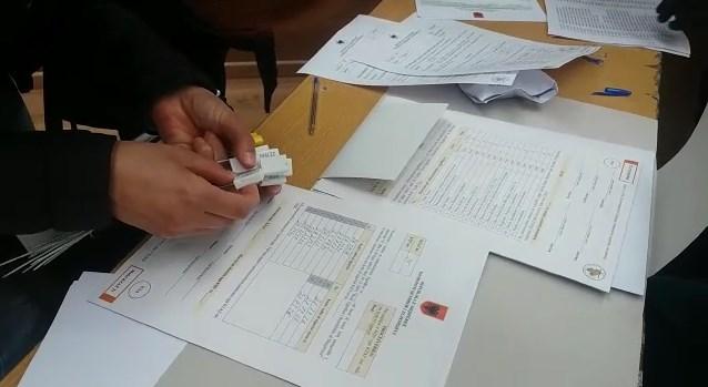 VIDEO/ Fillon shpërndarja e materialeve zgjedhore nëpër KQV, ja pamjet nga Tirana